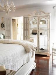 Per quanto bello, trendy, luminoso o fantasioso, lo specchio non dovrebbe mai rifletterci metre siamo distesi a letto.