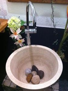 """Pochi sassi di fiume coprono gli scarichi a drenare la perdita di """"liquidi"""" in casa"""